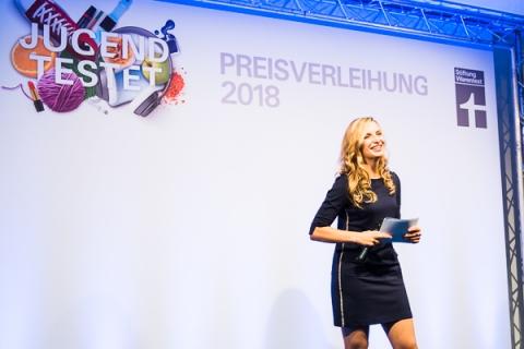 Moderatorin Janine Mehner bei Event von Stiftung Warentest