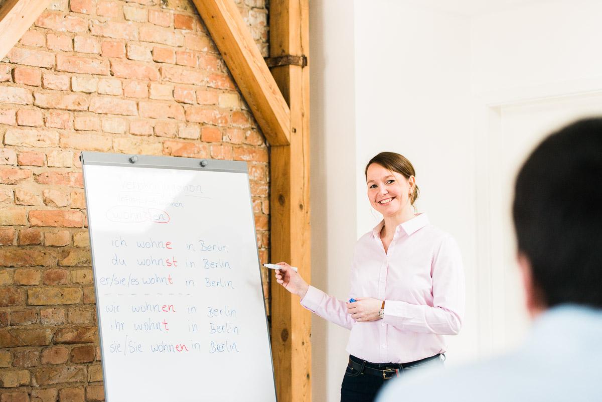 Sprachlehrerin steht vor Tafel