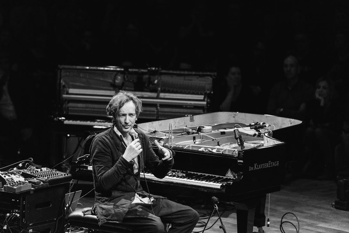 Hauschka spricht während Konzert