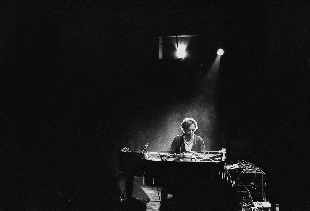 Musiker im Lichtschein am Klavier