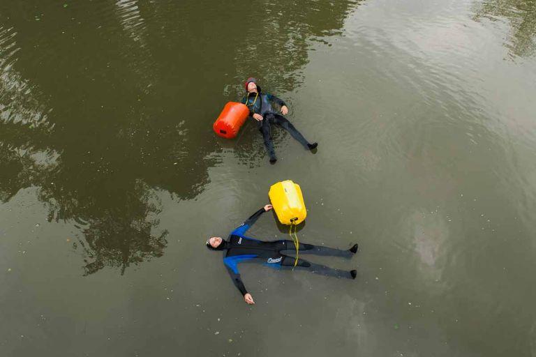 Zwei Abenteurer lassen sich im Fluss Unstrut in Sachsen-Anhalt treiben.